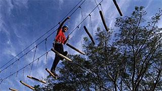 Verticália, o maior e mais completo circuito de arvorismo do Brasil no Poção, parque ao ar livre para toda a família.