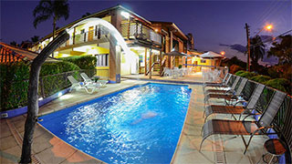 Piscina, spa, massagens, salão de jogos, espaço gourmet e confortáveis apartamentos, em localização tranquila e privilegiada.